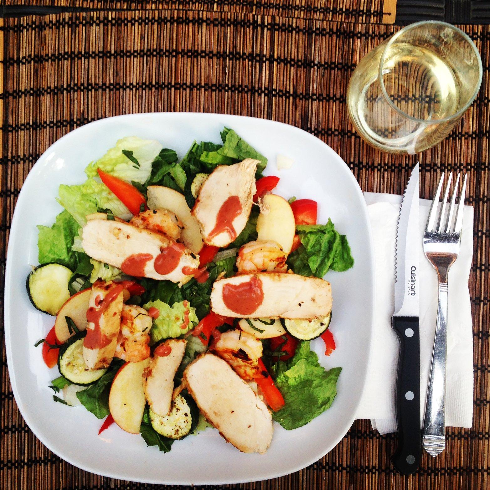 La salade qui accompagne la sangria bleue de Tidifoodie