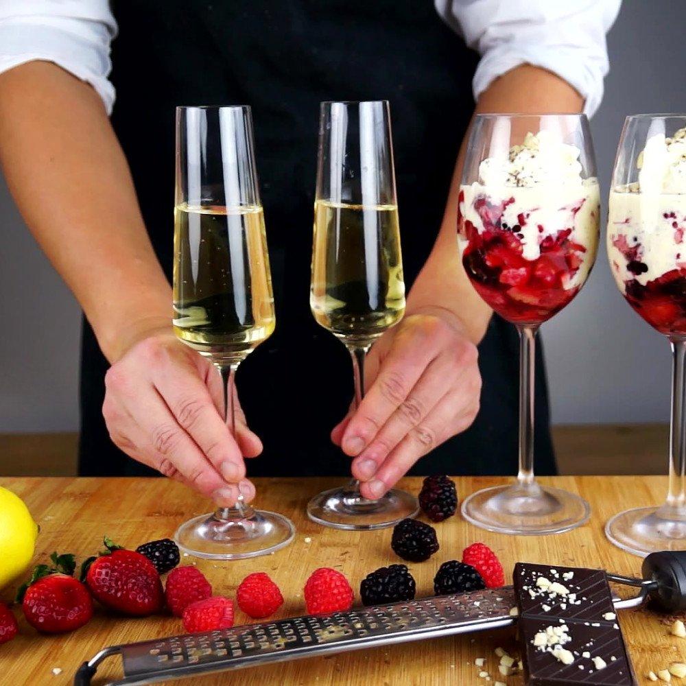 Trifle aux fraises, framboises, mûres et chocolat